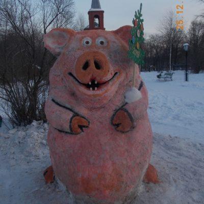 Гостей поселка Уральского встречают снежные фигуры