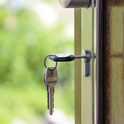 Одиннадцать муниципалитетов Прикамья задолжали детям-сиротам жилье